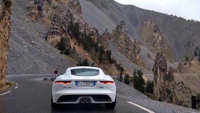 La Route des Grandes Alpes con un infaticabile Giaguaro