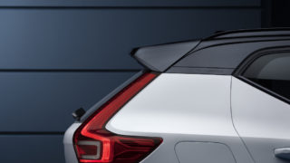The New Volvo XC40 R-Design - Crystal White w contrasting black roof_15