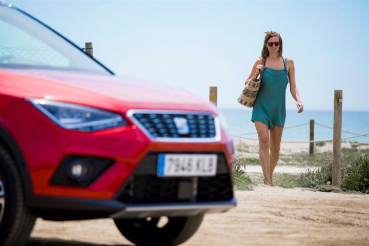 Viaggi estivi in auto, 8 consigli utili per mettersi sicuri alla guida, più uno…