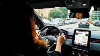 Renault Clio guida da sola… per un minuto!