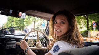 """""""Eva al volante"""",  il mondo delle auto storiche si tinge di rosa"""