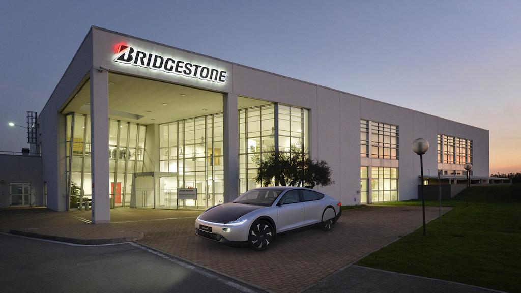 Pneumatici Bridgestone per Lightyear One, l'auto solare da 725 km